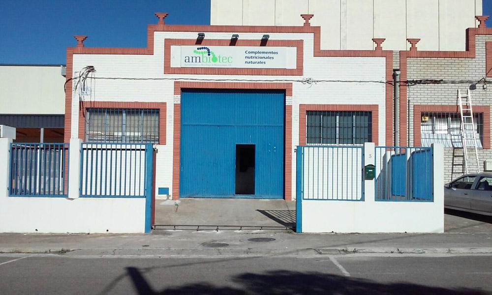 Vista anterior a la reforma de fachada en local destinado a laboratorio.