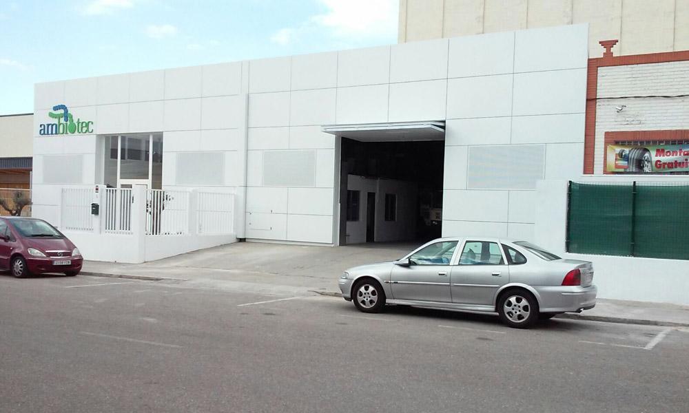 Reforma de fachada en local destinado a laboratorio